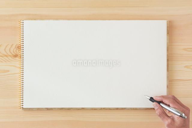 木の机とノートとペンの写真素材 [FYI01603858]