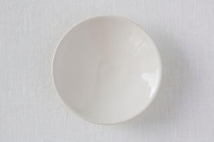 白い布と白い皿の写真素材 [FYI01603860]
