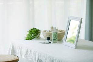 鏡と机と化粧品の写真素材 [FYI01603873]