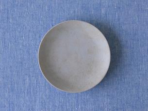 青い布とグレーの皿の写真素材 [FYI01603878]