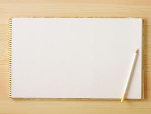 スケッチブックと色えんぴつと机の写真素材 [FYI01603900]