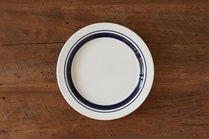 木のテーブルと白い皿の写真素材 [FYI01603953]