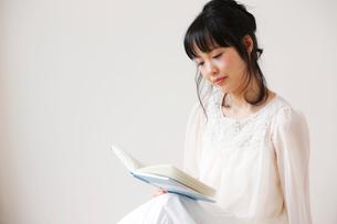 本を読む女性の写真素材 [FYI01603958]