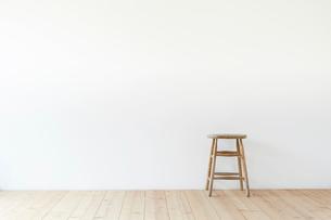 スツールと白い壁と木の床の写真素材 [FYI01603961]