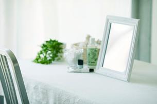 鏡と机と化粧品の写真素材 [FYI01603964]