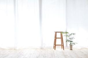 窓とカーテンとスツールと観葉植物の写真素材 [FYI01603970]