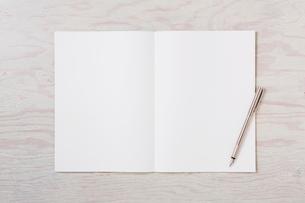 ノートと机とペンの写真素材 [FYI01603976]