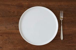 木のテーブルと白い皿の写真素材 [FYI01603985]