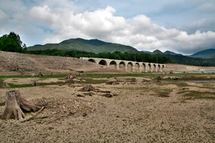 タウシュベツ川橋梁と糠平湖湖底の写真素材 [FYI01604006]