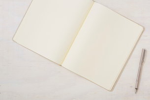 ノートと机とペンの写真素材 [FYI01604022]