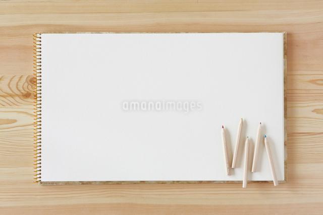木の机とノートと色えんぴつの写真素材 [FYI01604040]