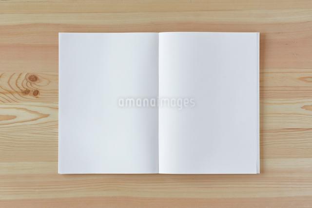 木の机とノートの写真素材 [FYI01604064]