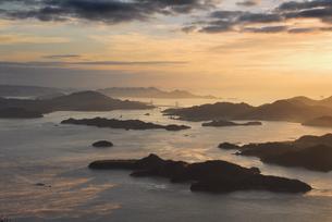 筆影山から望む朝日に染まるしまなみ海道と島々の写真素材 [FYI01604065]