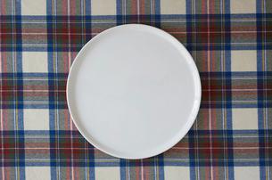 チェックの布と白い皿の写真素材 [FYI01604106]