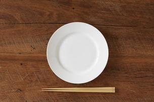 木のテーブルと白い皿の写真素材 [FYI01604117]
