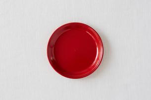白い布と赤い皿の写真素材 [FYI01604122]