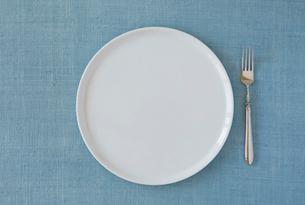 水色の布と白い皿の写真素材 [FYI01604125]