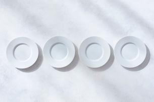 白とグレーで塗装された背景と白の皿の写真素材 [FYI01604130]