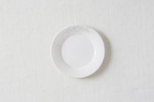 白い布と白い皿の写真素材 [FYI01604168]