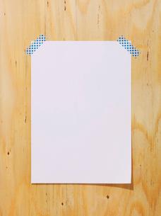 木の板と紙とマスキングテープの写真素材 [FYI01604193]