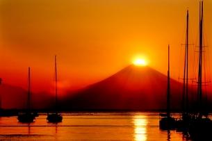 諸磯から見るGW期のダイヤモンド富士の写真素材 [FYI01604197]