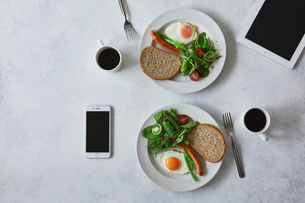 朝食とコーヒーとタブレットPCとスマートフォンの写真素材 [FYI01604206]