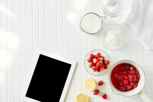 キッチンと料理とタブレットPCの写真素材 [FYI01604211]