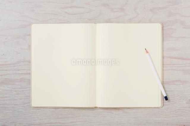 ノートと机とペンの写真素材 [FYI01604223]