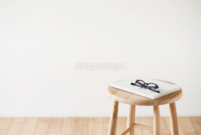 スツールとノートとメガネの写真素材 [FYI01604228]