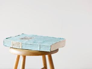 スツールと白い壁と本の写真素材 [FYI01604229]