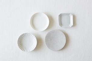 白い麻の布と皿の写真素材 [FYI01604235]