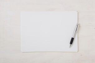 ノートと机とペンの写真素材 [FYI01604268]