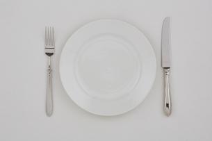 白い皿とフォークとナイフの写真素材 [FYI01604286]