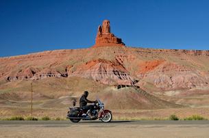 ふくろう岩とバイクの写真素材 [FYI01604316]