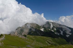 雲が立つ杓子岳と鑓ヶ岳の写真素材 [FYI01604321]