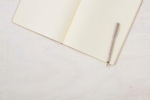 ノートと机とペンの写真素材 [FYI01604332]