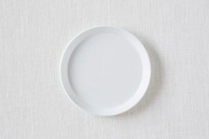 白い布と白い皿の写真素材 [FYI01604339]