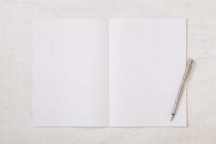 ノートと机とペンの写真素材 [FYI01604346]