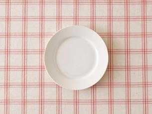 ピンクのチェックの布と白い皿の写真素材 [FYI01604357]