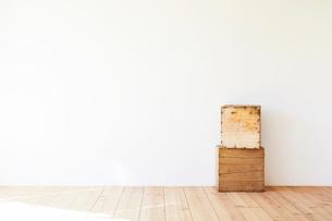 木の床と白い壁と脚立の写真素材 [FYI01604376]