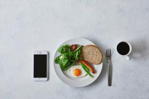 朝食とコーヒーとスマートフォンの写真素材 [FYI01604378]