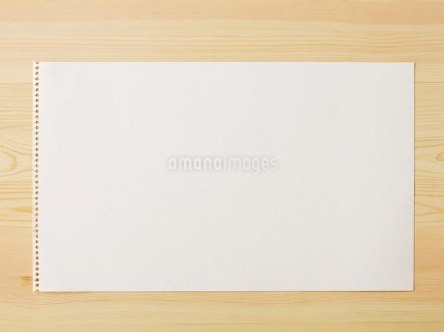 スケッチブックと机の写真素材 [FYI01604380]