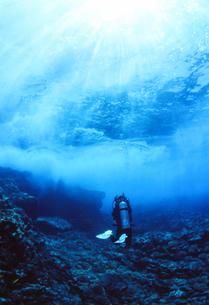 光注ぐ水面下のダイバーの写真素材 [FYI01604385]