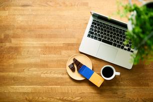 テーブルに置かれたノートパソコンとコーヒーの写真素材 [FYI01604426]