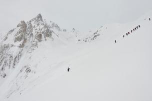 白馬岳を目指す登山者の写真素材 [FYI01604438]