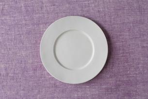 紫の麻の布と白い皿の写真素材 [FYI01604448]