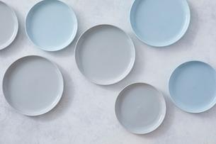 白とグレーで塗装された背景と水色とグレーの皿の写真素材 [FYI01604453]