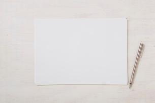 ノートと机とペンの写真素材 [FYI01604468]