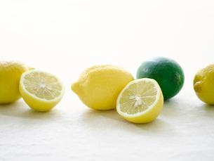 レモンと白い麻の布の写真素材 [FYI01604473]