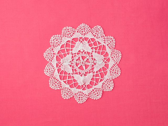 ドイリーレースとピンクの綿の布の写真素材 [FYI01604477]